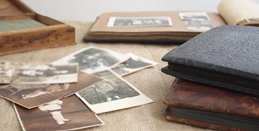 régi fotók egy asztalon